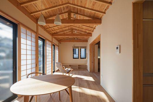 【2500万円/和モダン】焼き杉のかっこいい外観と、天然木材の色味・優しい日差しにあふれた平屋住宅画像3