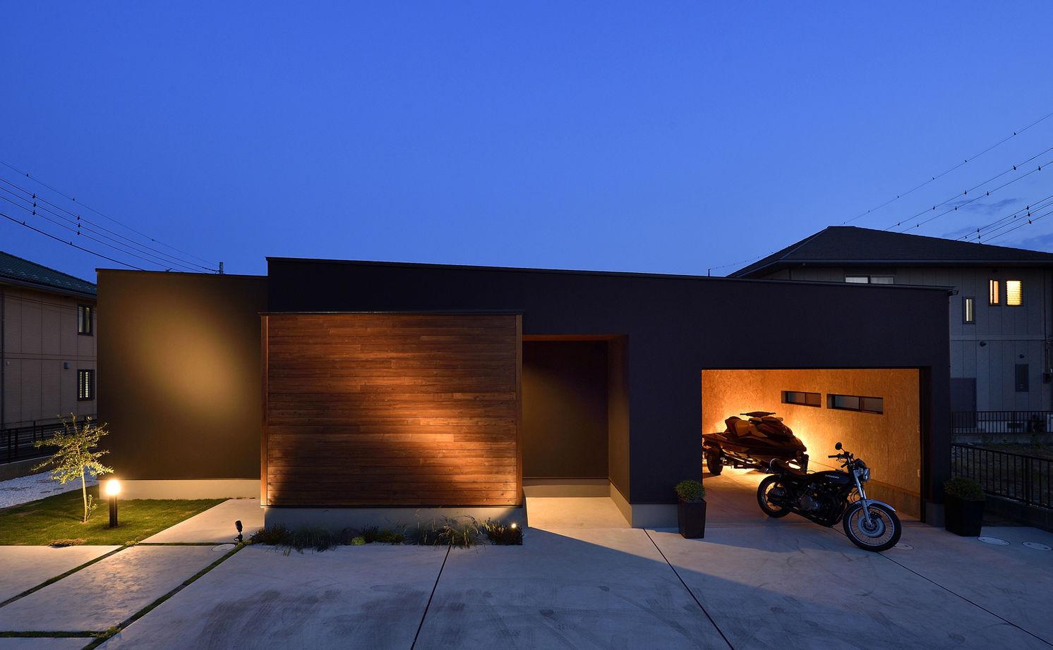 【平屋/シンプルモダン】シャープさの中に溶け込む素材の優しさが、寛ぎの空間を創り出すガレージのある家画像1