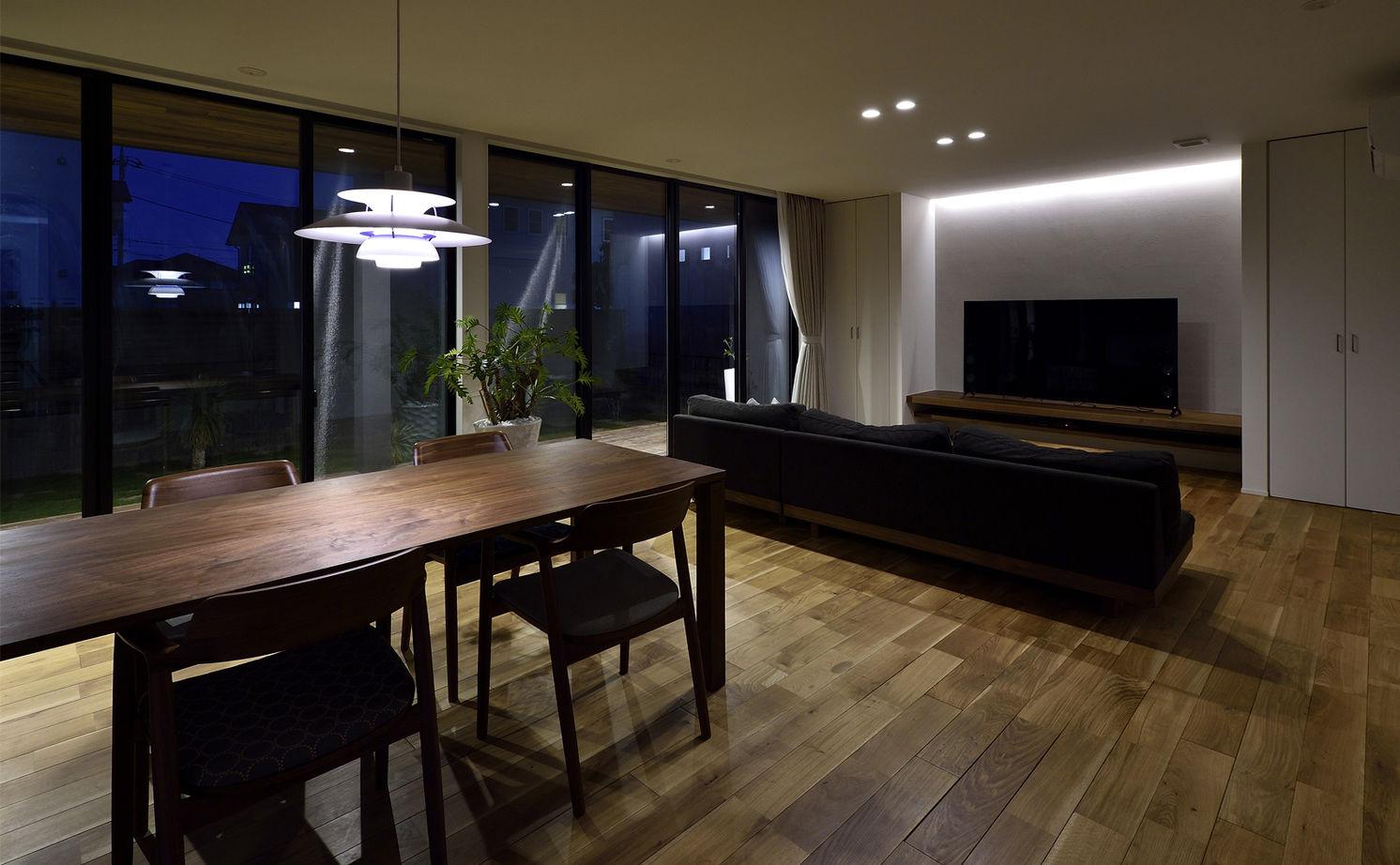 【平屋/シンプルモダン】シャープさの中に溶け込む素材の優しさが、寛ぎの空間を創り出すガレージのある家画像2