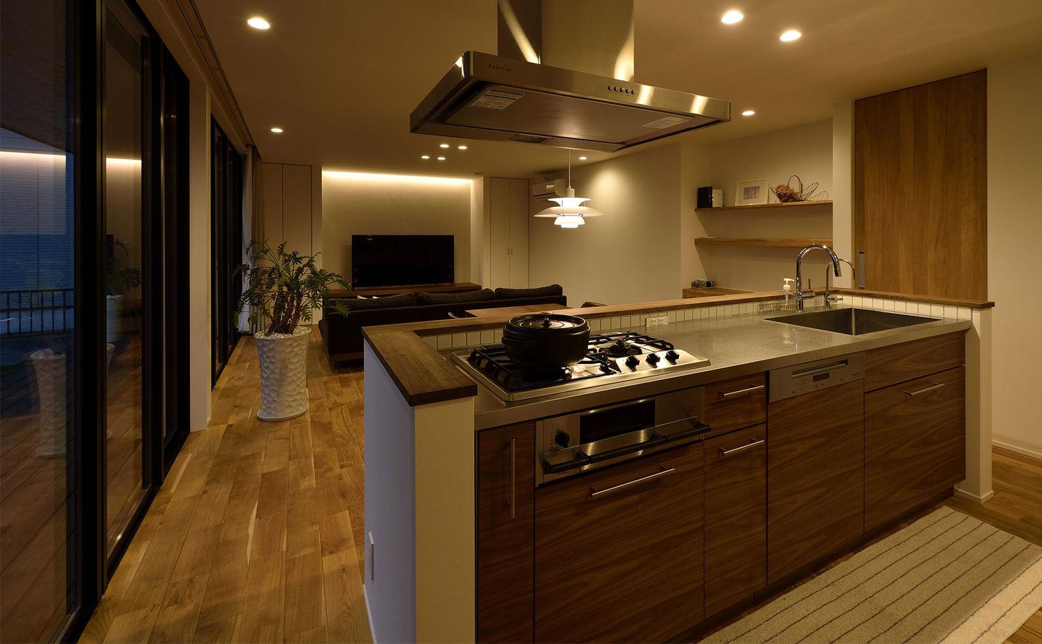 【平屋/シンプルモダン】シャープさの中に溶け込む素材の優しさが、寛ぎの空間を創り出すガレージのある家画像3