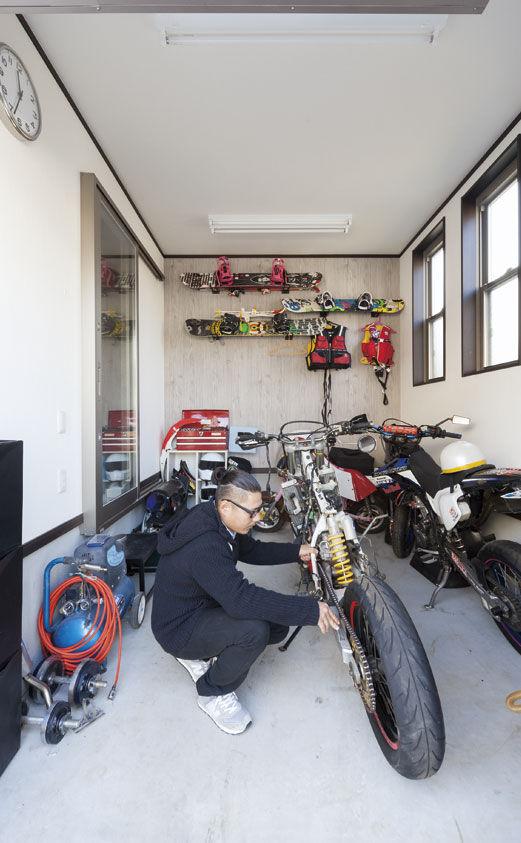 【1500万円】【間取り有】土地探しから依頼して予算内で形に。バイクガレージのあるシンプルモダンな家画像1
