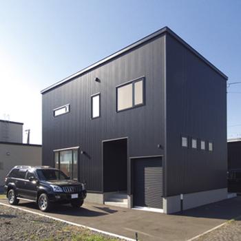 【1500万円~2000万円】倉庫のような外観が印象的 毎日の暮らしを楽しむわが家画像1