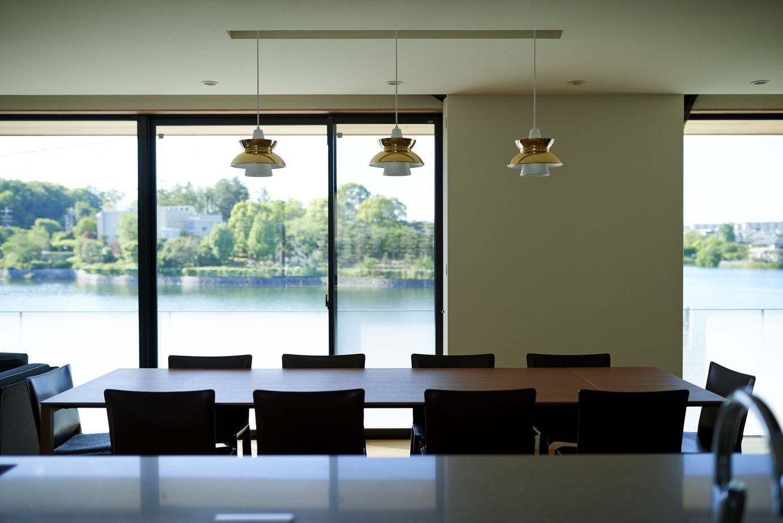 令和に息づく名建築。池の畔に佇む端正な外観。空間に行き渡るゆとりが品格を高める住まい画像2