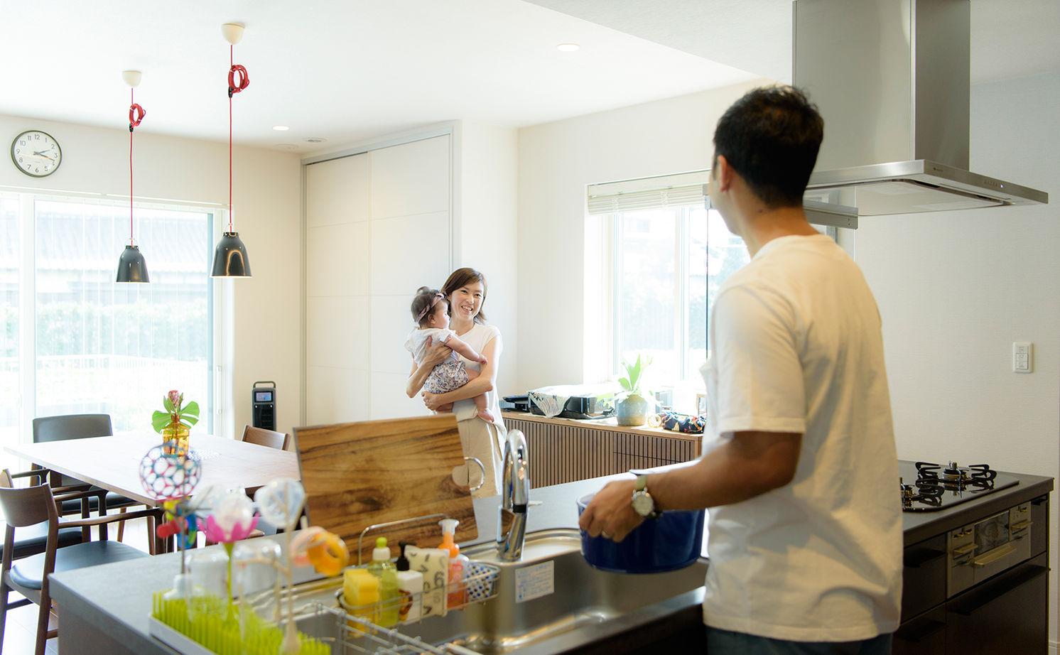 共働き夫婦の家事と子育てをスムーズに。インテリアも動線もこだわった、庭とつながり、家族とつながる平屋画像2