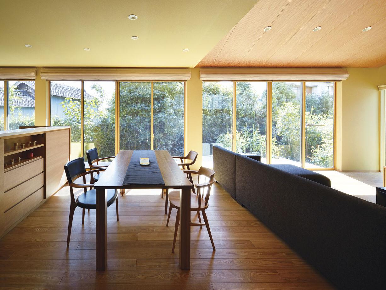 リビングは勾配天井の伸びやかな空間。「断熱・気密性が高く、夏も冬も冷暖房機器に頼ることなく快適。夏は南北に風が抜け、冬は南の窓から光がたっぷり差し込みます」