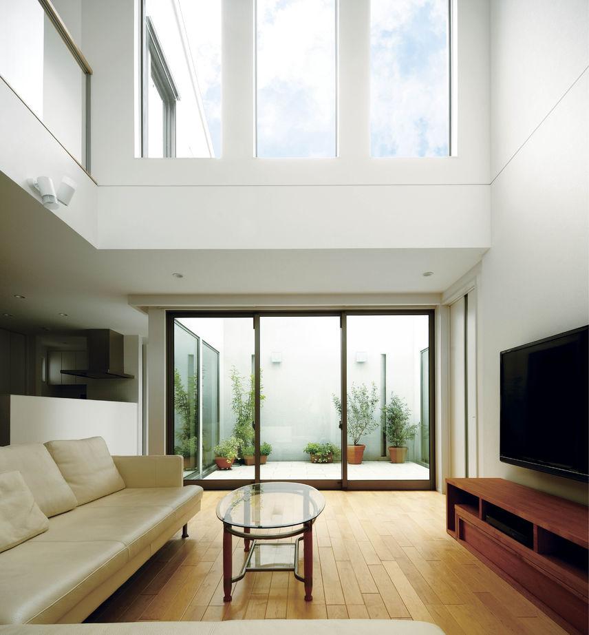 吹き抜けに面した手すりは透明な素材を用いて、吹き抜けの窓からの光を2階へも届けている