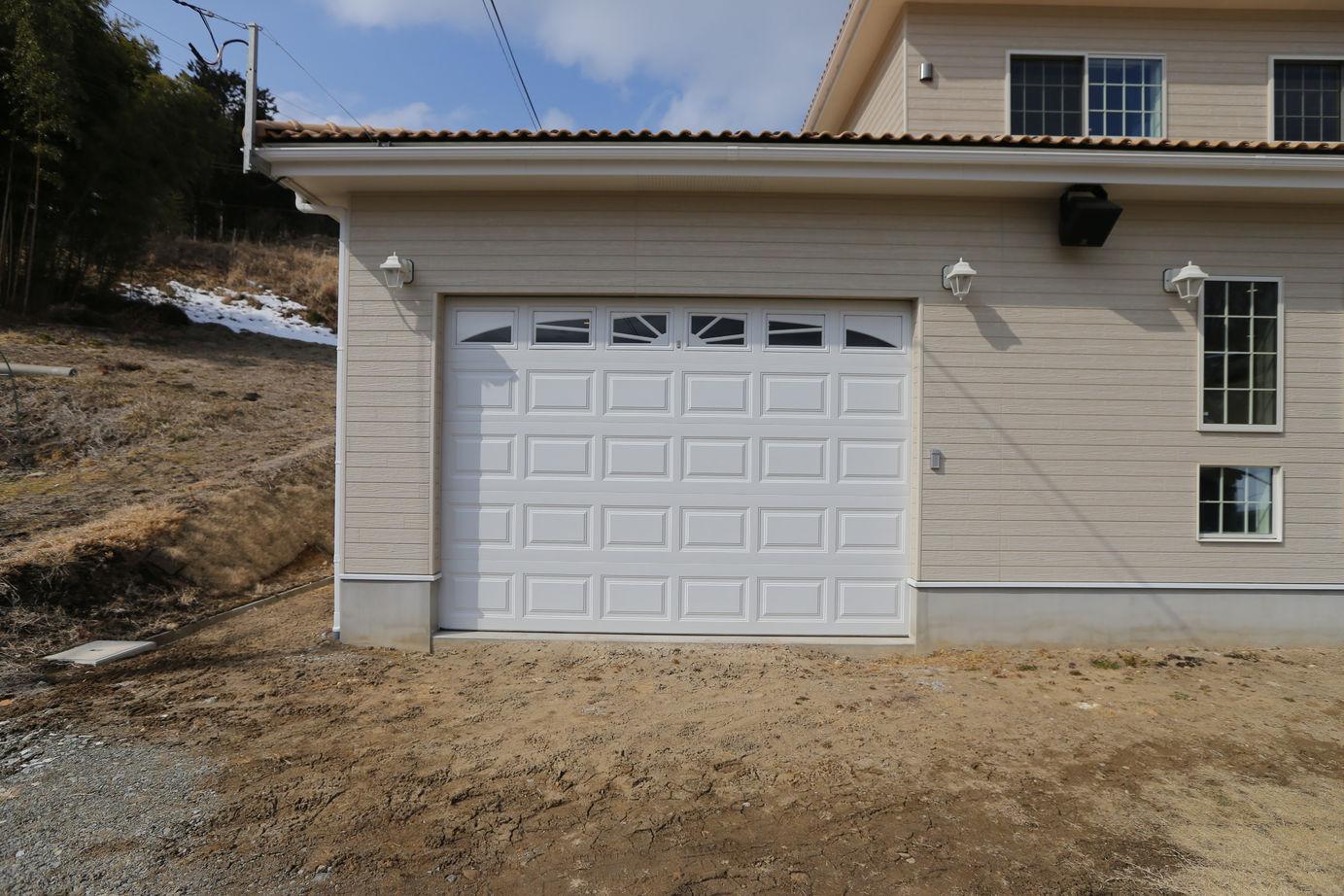 リビングから愛車が見えるガレージのある家画像3