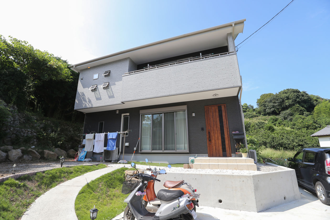 海を望め陽光差し込む邸宅、太陽光発電で光熱費を抑えるエコ住宅画像2