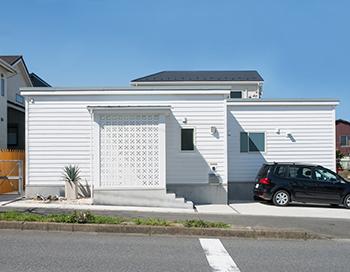 【2430万円】イメージはビーチリゾートの家。木×石×鉄で仕上げたカッコいいカリフォルニアスタイルの平屋画像1