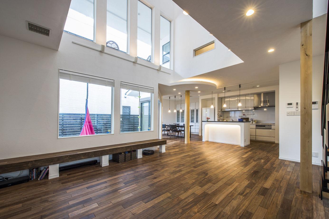 【大阪・4000万円~・おしゃれな家】爽やかな空気が巡る漆喰塗りの家。吹抜けの大空間LDKで開放感を味わう画像1