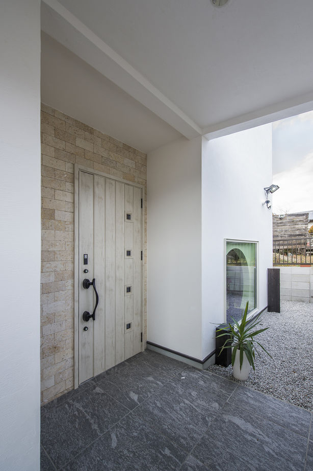 【大阪・4000万円~・おしゃれな家】爽やかな空気が巡る漆喰塗りの家。吹抜けの大空間LDKで開放感を味わう画像3