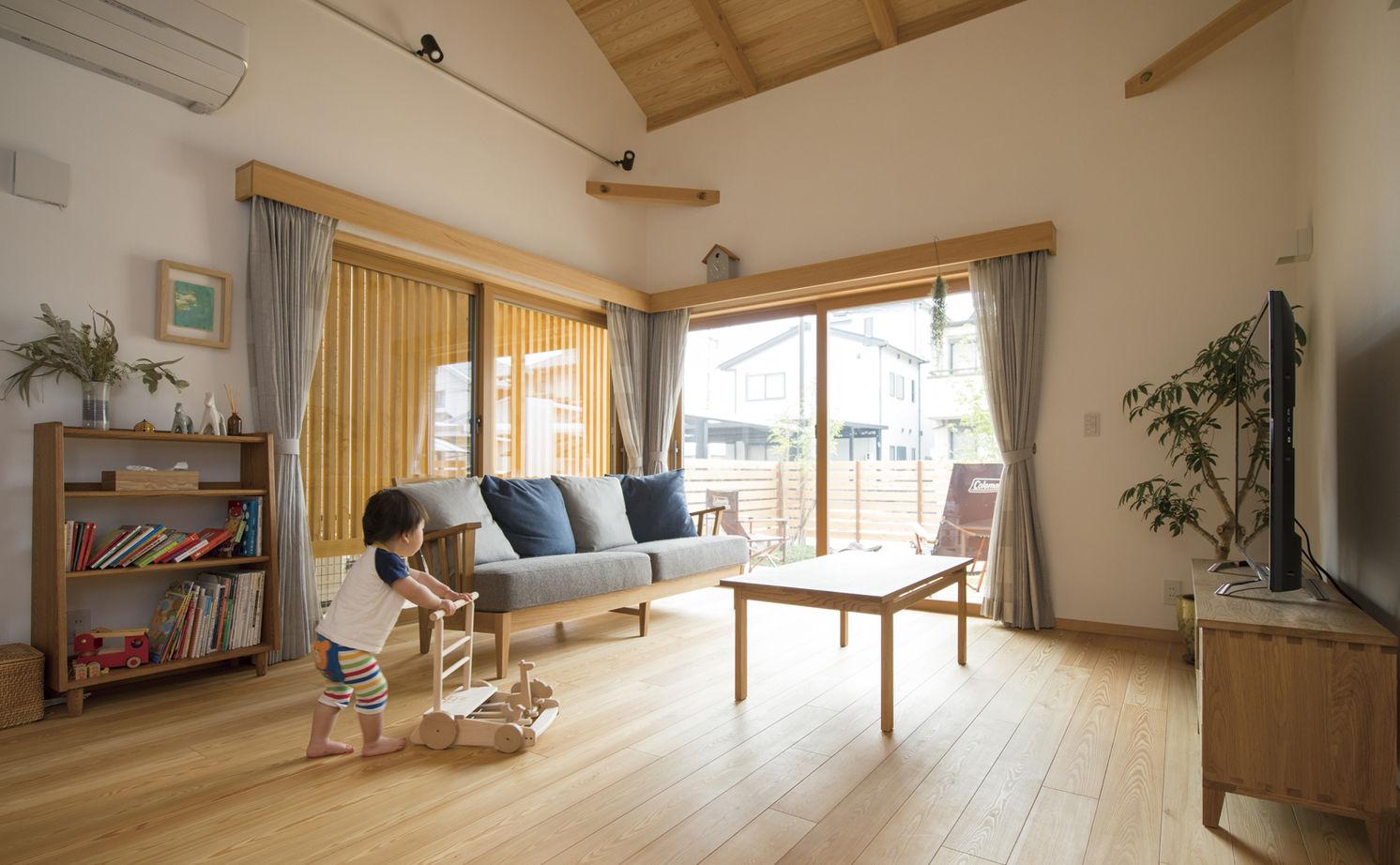天然木の素材感を活かしたシンプルなインテリア。子育て、家事ラクも叶えた和モダンな平屋風の家画像3