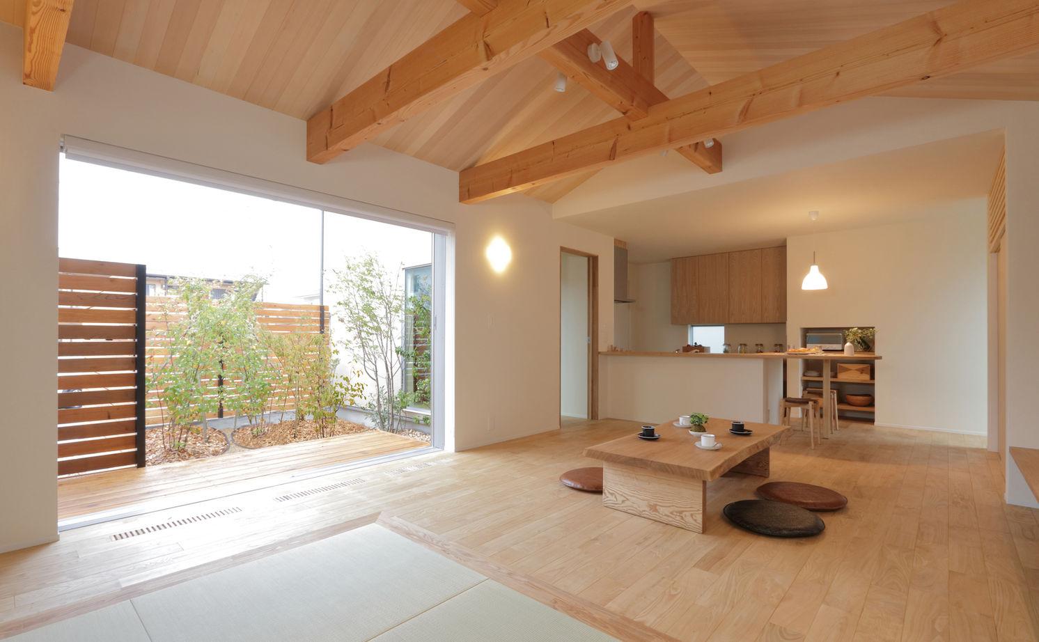 座卓に濡縁に板張りで仕上げた勾配天井。「ほっこり寛ぐ」がテーマの庭を望む家画像1