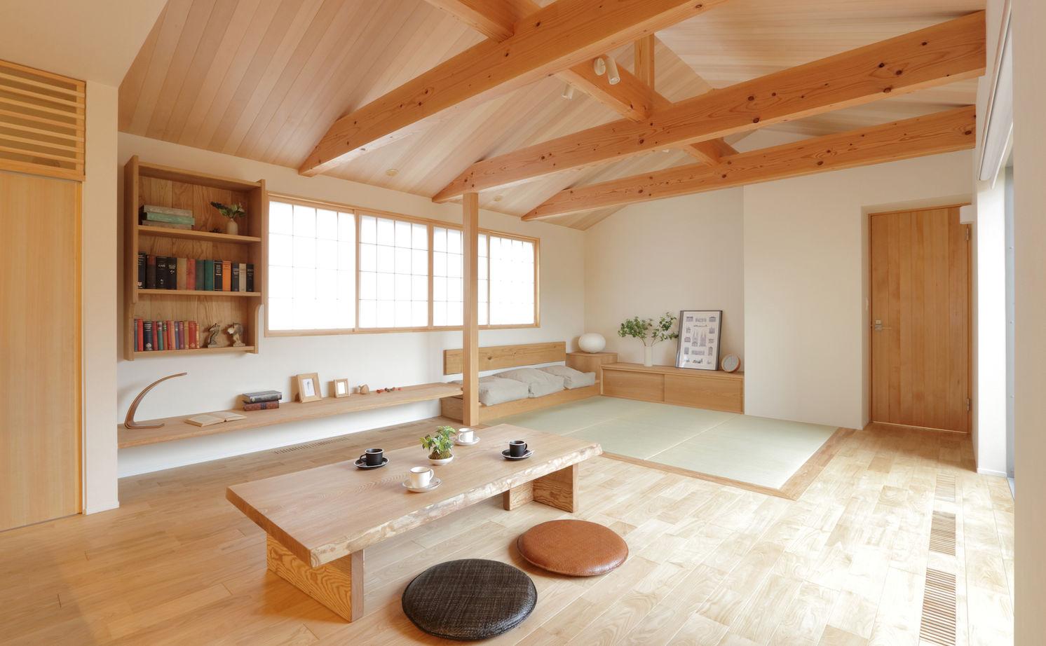 座卓に濡縁に板張りで仕上げた勾配天井。「ほっこり寛ぐ」がテーマの庭を望む家画像2