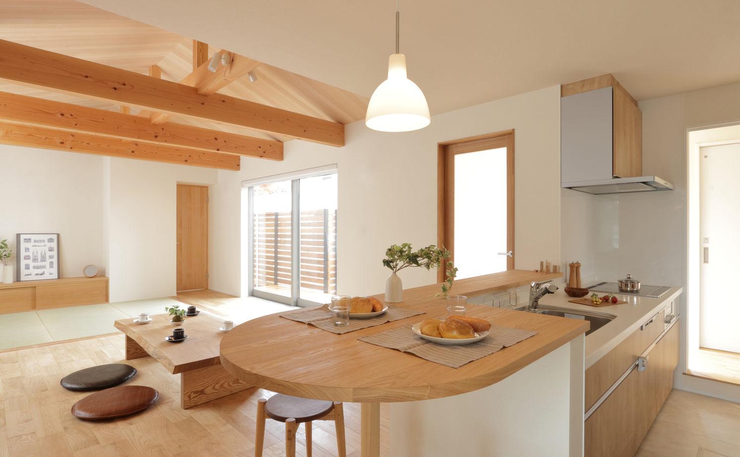 座卓に濡縁に板張りで仕上げた勾配天井。「ほっこり寛ぐ」がテーマの庭を望む家画像3