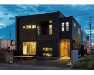 パティオを中心とした美しい意匠と、住みやすさへの工夫に建築家のセンスが光るモデルハウス【間取り図有】