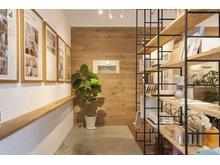 店内の様子。カフェのような落ち着いた空間で、新しいお住まい探しやリノベーションのご相談が可能です。