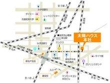 新松戸駅を背にして右側を見ていただくと、マツモトキヨシが見えます。マツモトキヨシの先の千葉銀行へ進み新松戸中央病院、その先の高架線をこえると目の前に3階建てのビルが見えます。