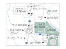 「百万石通り」沿い。1 階の富山第一銀行が目印。
