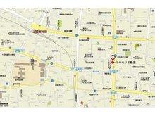 「岩村田」交差点・八十二銀行岩村田支店様から南へ約100m、岩村田商店街の中ほどに店舗があります。お隣は和泉屋菓子店様、道路を挟んだ向かい側は戸塚酒造店様です。