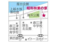 上越市西本町4-16-6 直江津中学校はす向かい・旧図書館(現なおえつ保育園)前です。