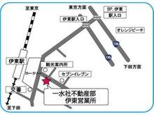JR伊東駅前大通り沿い徒歩1分。水色のベンチが目印です。
