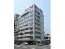 小倉駅新幹線口より、門司方面(駅を背にして、右手側)徒歩約5分、ビル1Fが事務所です。