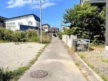 旭町2(青森駅) 580万円 現地撮影(2021年9月) 前面道路の様子 私道路であり、幅員約2.6m~2.8mのためセットバック部分あります。