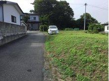大字鮫町字骨沢(大久喜駅) 100万円 現地の様子。西側の通路は奥の方の専用通路になります。南側が建築基準法上の道路になります。