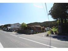 三輪田字尾崎前 530万円 ●前面道路は北・西側ともに公道です。 ●北西方向より撮影。