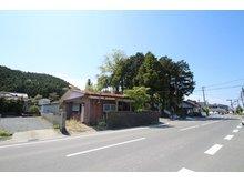 三輪田字尾崎前 530万円 ●前面道路は北・西側ともに公道です。 ●北東方向より撮影。