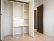 エムズコート石脇№13 【一戸建て】 2階には洋室5.25帖が二部屋。どちらも収納付きです。