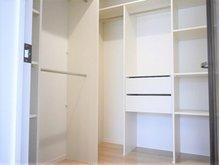 エムズコート石脇№13 【一戸建て】 主室のたっぷり収納できるウオークインクロゼット。主室をいつもすっきりと使えます。