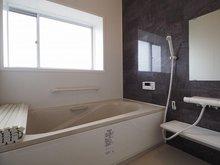 真壁町亀熊(新治駅) 798万円 室内(2020年9月)撮影 毎日の疲れを癒す浴室。ベージュの浴槽で落ち着いた雰囲気を演出します。