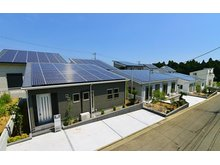 【太陽光発電システム搭載住宅】<br />住宅の屋根に容量10kW以上のソーラー発電設備を設置すると発電した電気を売電することが出来ます。<br /><br />詳しくはお問合せ下さい。