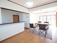 蓮沼(新治駅) 1398万円 室内(2021年3月)撮影 リビング横10帖洋室があり、続き間として開放感あるスペースが確保できます。