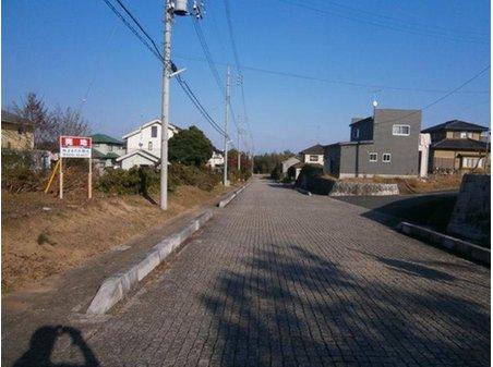 団地の入口から突き当りまでは高級感あふれる重厚な石畳のインターロック舗装です!
