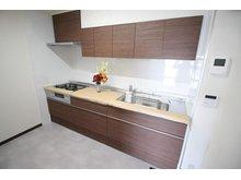 小田急コアロード海老名第2 ゆとりあるシンクと3口コンロを完備した最新システムキッチンを採用。吊戸棚付きで整理整頓も楽々です♪