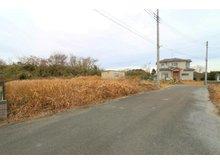 松尾町借毛本郷 1880万円 前面道路幅は約6m。車のすれ違いも楽々。分譲地内の交通量も少なく、小さなお子様がいても安心して生活ができる環境です。
