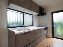 中台(羽鳥駅) 1898万円 室内(2020年9月)撮影 吊戸棚が付いた収納豊富なシステムキッチン。手元灯・大きな窓で明るいキッチンです。