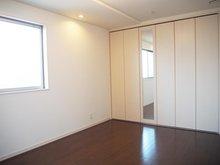 【洋室2 8.04帖】 8帖の広さに壁一面の収納を配置しました。主寝室としてもお使い頂けます。 東面、西面の2面採光です。