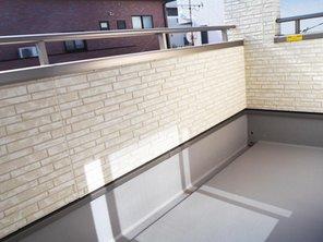 【橋本不動産】名古屋市 中村区日ノ宮町3丁目~階下に広い地下貯蔵庫のある3LDK~ 【一戸建て】 LDK横の南に面したバルコニー。 南いっぱいに広がる為、洗濯物を干すのにも便利でリビングに光と風を導きます。