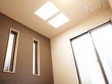 【洋室1 5.79帖】 南向きでトップライトを設けた明るいお部屋です。クローゼットはもちろんのこと、収納力大の地下収納にもご注目です!