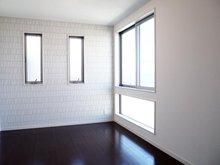 【洋室3 6.02帖】 北向きながらも、たっぷりの窓で採光を取り入れ開放感を感じれます。 北側の大きな開口は、外観デザインと採光面の向上につながります。
