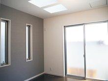 【洋室1 5.79帖】 南向きでトップライトを設けた明るいお部屋です。縦長の窓やアクセントクロスでお洒落な空間に仕上げました。