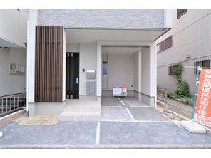 【橋本不動産】名古屋市 中村区日ノ宮町3丁目~階下に広い地下貯蔵庫のある3LDK~ 【一戸建て】 【駐車スペース】 型押しカラーコンクリート仕上げの駐車スペースは、ツルっとした艶があり、タイヤ痕が付きにくく外観を綺麗に魅せます。 駐車スペースは 約4.5mの奥行きです。
