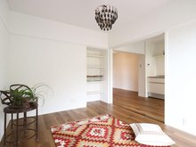 池上住宅【リノベ済み・角部屋】 キッチンとリビングをつなげた様子。 引き戸を閉めれば、個室としても利用可能。