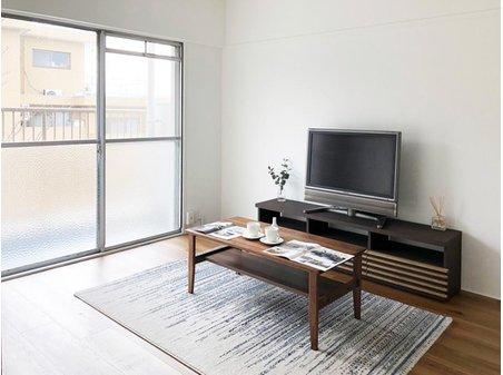 池上住宅 南側洋室をリビングとして。 TVボード、リビングテーブル、ソファを置いてゆったりと過ごせます。