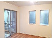 【橋本不動産】名古屋市南区 外山一丁目 ~2区画~ 【一戸建て】 【1F 洋室】大きな掃き出し窓が開放感を与えてくれます。通風良好の心地良い居室です。(1号地)