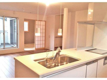 【橋本不動産】名古屋市南区 外山一丁目 ~2区画~ 【一戸建て】 【2F キッチンから見たリビング】プライバシーが保ちやすい2階にリビングを設計しました。家族が集まるリビング空間のだんらんを心置きなく楽しめそうです。(1号地)